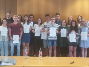 Schülerinnen und Schüler des beruflichen Oberstufengymnasiums der Dr.-Walter-Bruch-Schule erhalten Abschlusszertifikate der AG Wirtschaft