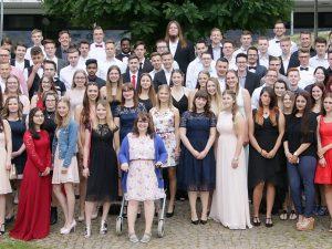 Mit Mittlerer Reife und Fachabi in die Zukunft – 102 Absolventen der Fachoberschule Wirtschaft und Wirtschaftsinformatik sowie der Handelsschule feiern gemeinsam ihren Schulabschluss