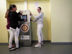 Rotary Club und WVW weihen Wasserspender am SBBZ ein